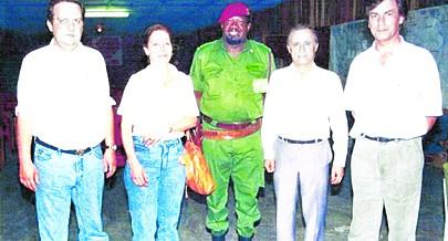 Savimbi recebeu na Jamba o amigo João Soares (à esquerda) editor dos seus maus poemas