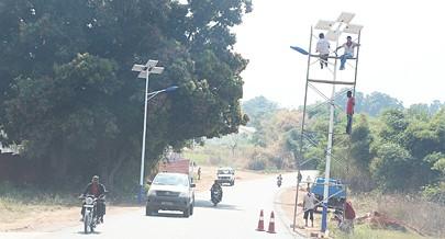 Estão a ser colocados postos de iluminação pública e semáforos assegurados por painéis solares em algumas artérias da cidade do Dundo
