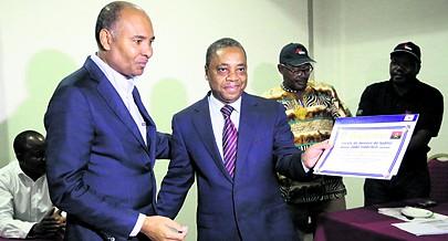 Presidente do Conselho de Administração da ENSA ( à  esquerda ) quando fazia a entrega de um diploma de mérito ao responsável máximo da Federação Angolana de Xadrez
