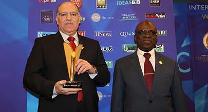 Presidente do conselho de administração José Ribeiro exibe o troféu de ouro conquistado pela empresa
