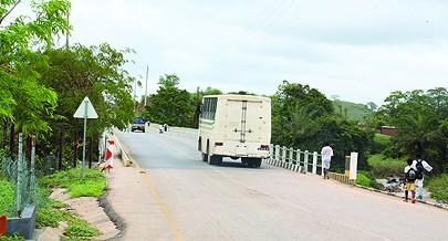 Nova ponte com alunos a caminho da escola