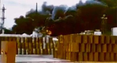 A imagem mostra as proporções que atingiu o incêndio nos depósitos de combustível da Refinaria da Petrangol provocado pela acção de sabotagem de grupos especiais das Forças de Defesa e Segurança (SADF) da África do Sul