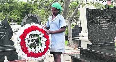 Leila cuida todos os dias do túmulo do comandante Raul Arguelles um dos Heróis do Ebo a Batalha onde os angolanos derrotaram as tropas do regime racista da África do Sul
