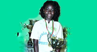 Esperança Caxita mostra com orgulho o último troféu continental conquistado na Lunda Sul