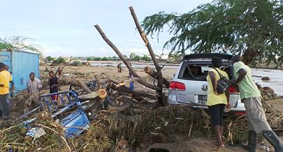 As águas das fortes chuvas que se abatem sobre as cidades do Lobito e Benguela arrastaram tudo o que encontraram no seu caminho e voltaram a causar prejuízos