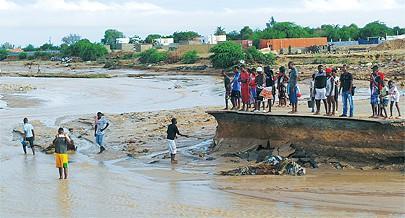 Chuva torrencial castiga mais uma vez o litoral centro do país causando estragos e a fuga desordenada de milhares de pessoas das áreas inundadas à procura de abrigo seguro