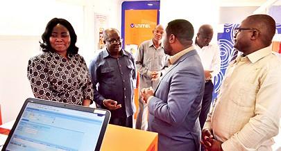 Vice-governadora da Lunda Norte (primeira à esquerda) recebe explicações sobre o projecto de expansão da rede de telefonia móvel