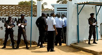 É notável a presença de agentes da Polícia Nacional à entrada de cada bloco da cidade