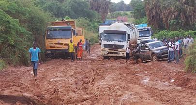 O cenário é desolador ao longo da via Soyo-Nzeto com camiões atrelado e basculantes carregados com produtos avariados e presos na lama causando enormes prejuízos para os proprietários