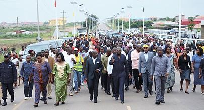 Momento da inauguração da via rápida pelo governador provincial Ernesto Muangala