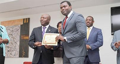Representante da Macon recebeu diploma das mãos de Joanes André (à esquerda)