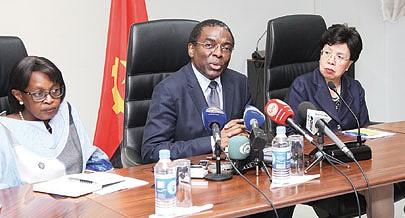 Ministro da Saúde Luís Gomes Sambo ontem na conferência de imprensa ladeado por Matshidiso Moeti e Margaret Chan