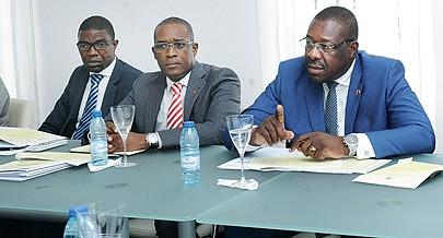 Ministro dos Antigos Combatentes (dir.) dirigiu a reunião de uma comissão interministerial