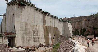 No meio de uma vasta zona montanhosa está em avançada construção um dos maiores empreendimentos nacionais destinados à produção de energia eléctrica