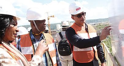 Ministro da Energia e Águas João Baptista Borges explica aos visitantes as diferentes etapas da construção da barragem