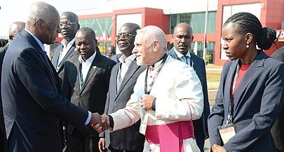 À sua chegada à cidade de Luena o Presidente da República recebeu também cumprimentos de boas vindas do bispo D. Jesus Tirso Blanco