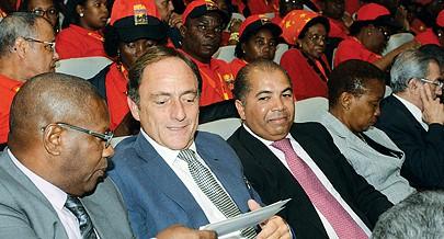O ex-vice-primeiro-ministro português Paulo Portas ladeado pelo dirigente do CDS/PP Hélder Amaral entre os convidados