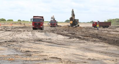 Grandes quantidades de terra argilosa são removidas e substituídas  o que implica um esforço enorme em termos de logística