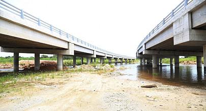 Além da terraplanagem estão a ser concluídas as passagens hidráulicas e de  tubagem