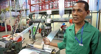 Unidade de produção de plástico cria modelos para embalar produtos alimentares