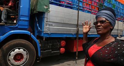 Empreendedora Mariana João espera ansiosa no Huambo pela sua mercadoria