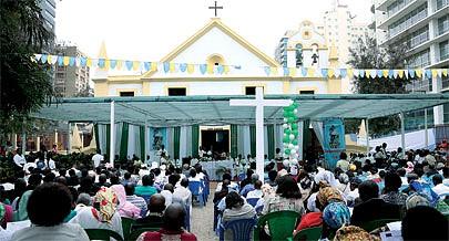 Num ambiente de emoção e de esperança dos três séculos e meio de crença os cristãos  vindos de várias paróquias de Luanda rezaram e entoaram louvores nas diferentes línguas nacionais