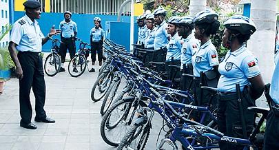 Polícia Nacional faz patrulhamento de proximidade na orla marítima de Luanda com agentes de uma brigada de bicicleta