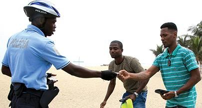 A Brigada Bicicleta interpela cidadãos suspeitos de transportarem objectos perigosos