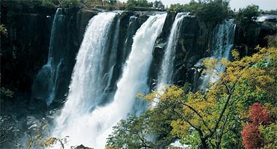Vários locais de interesse turístico na província entre eles as quedas do Cuemba e as águas termais do Essonda bem como as grutas paleolíticas do Dombe estimulam o investimento