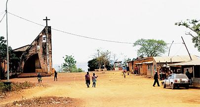 Na aldeia de Mbanza Magina província do Zaire cujas ruas estão ainda por asfaltar foi estabelecido o fornecimento de energia eléctrica e água potável e construído um posto de saúde