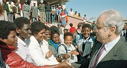 Namibianos com o então Secretário-Geral das Nações Unidas Javier Perez de Cuellar