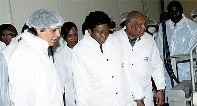 Ministra das Pescas  acompanhada pelo governador de Luanda Higino Carneiro recebe explicações sobre o  funcionamento da empresa