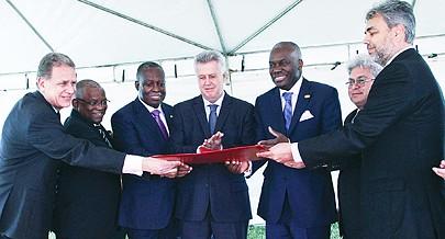 Autoridades angolanas recebem das mãos do governador de Brasília a escritura do terreno de 25 mil metros quadrados