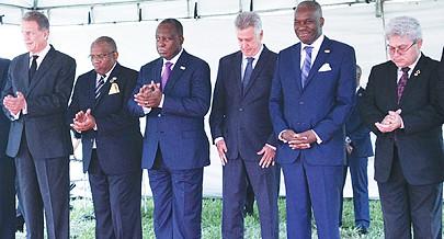 Delegações angolana e brasileira no acto de entrega da escritura do terreno onde vão ser construídas as instações definitivas da embaixada