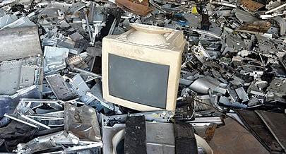 Comerciantes congoleses afluem em massa ao mercado transfronteiriço do Luvo para adquirir equipamentos electrónicos