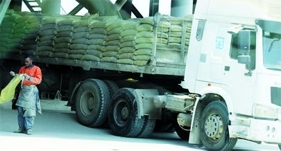Camiões de produtos diversos entre eles o cimento atravessam todos os dias a fronteira do Luvo afim de serem comercializados trazendo benefícios legais e económicos entre os dois países
