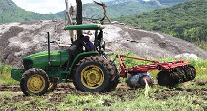 Com a mecanização agrícola o sector da agricultura vê reforçada a produtividade de produtos do campo para os mercados