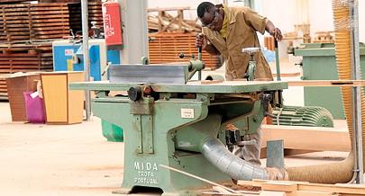 Indústria nacional de carpintaria garante emprego a milhares de jovens e apoia  sector de construção civil com portas e janelas que antes eram importadas
