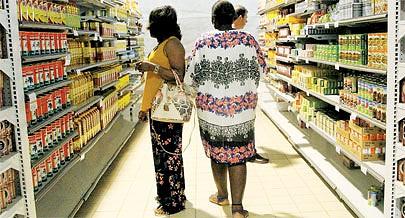 A descida de preços dos produtos básicos ainda é insuficiente devido ao actual poder de compra por parte da população mas essa redução de custos é aplaudida pelos consumidores