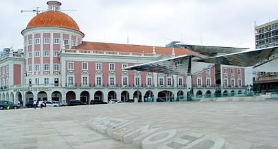 """Museu da Moeda ao lado da emblemática sede  """"rosa e branca"""" do Banco Nacional de Angola"""