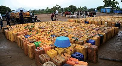 Os contrabandistas utilizam caminhos e picadas desenfiados na calada da  noite  por onde procuram transpor a fronteira em direcção à  República Democrática do Congo