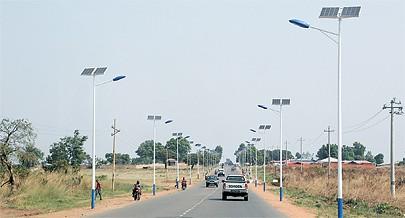 Em Angola já é possível ver a utilização de painéis solares em diversas estradas nacionais o que mostra o potencial na produção de energia limpa
