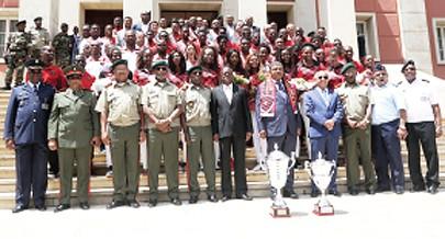 A fotografia de família com dirigentes e atletas na sede do Ministério da Defesa