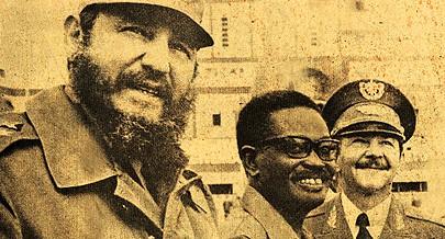 Fidel Castro e o irmão Raul Castro com o Presidente António Agostinho Neto