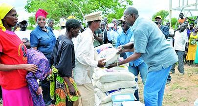 Ministro da Assistência e Reinserção Social Gonçalves Muandumba procedeu à entrega de bens de primeira necessecidade a comunidades carentes entre elas os khoisan que por causa de seu modo de vida são mais vulneraveis