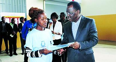 Ministro Pitra Neto no momento da entrega do diploma  a uma beneficiária do curso de formação profissional  que também ganhou um financiamento bancário para dar início ao seu negócio