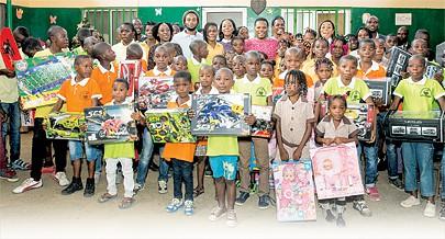 Crianças do Orfanato Pequena Semente em Cacuaco receberam presentes de natal e material escolar através da empresa Semba Comunicação que assinalou também o seu aniversário