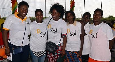 Presidente da Fundação Sol Tânya Garcia à esquerda esteve presente no acto de solidariedade e de partilha