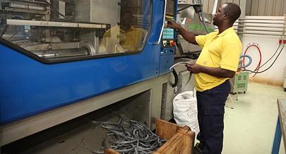 Fábrica na Zona Económica Especial em Viana produz uma grande variedade de utensílios de plástico de uso doméstico e também produtos para construção civil