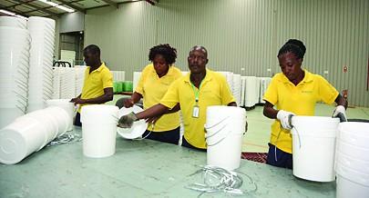 Muitos jovens angolanos estão engajados na produção de utensílios de plástico